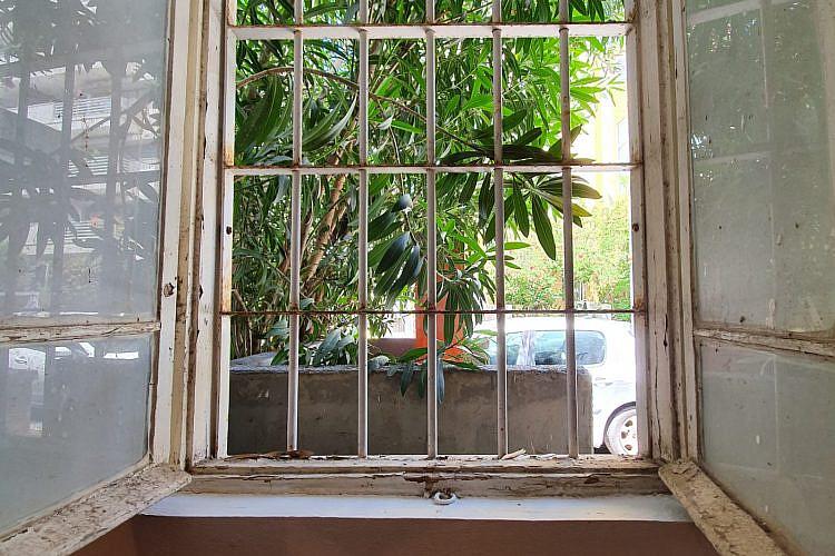 חלון הזדמנויות. פח אשפה בנחמני פינת יבנה זה יותר מדי בשבילם (צילום: ספי קרופסקי)