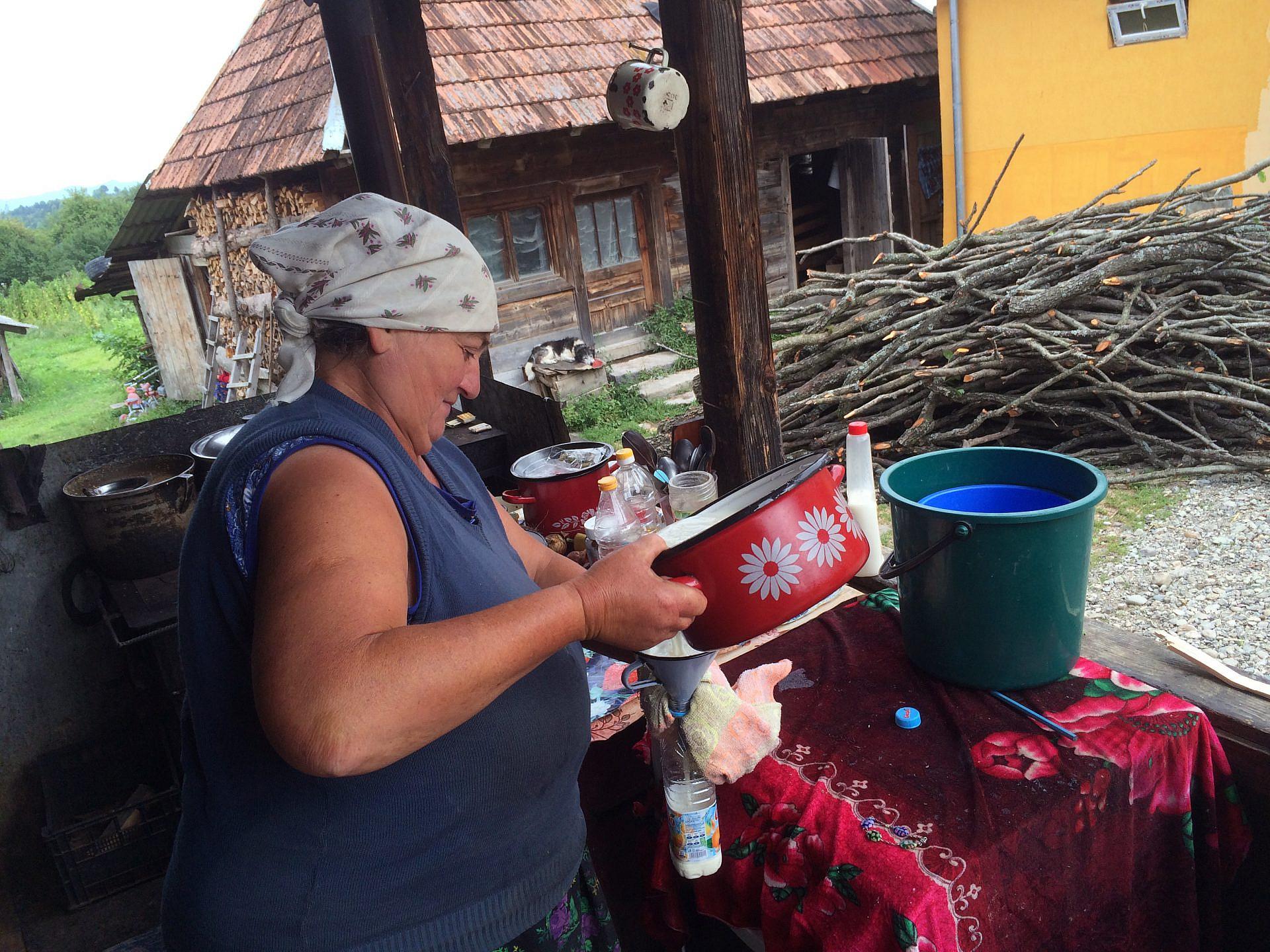 """""""מריה ממרמורש ברומניה מכינה לי לקחת קצת שמנת טרייה שהיא חבצה"""" (מתוך """"פרמננט וייקיישן""""; צילום: פרמי וק)"""