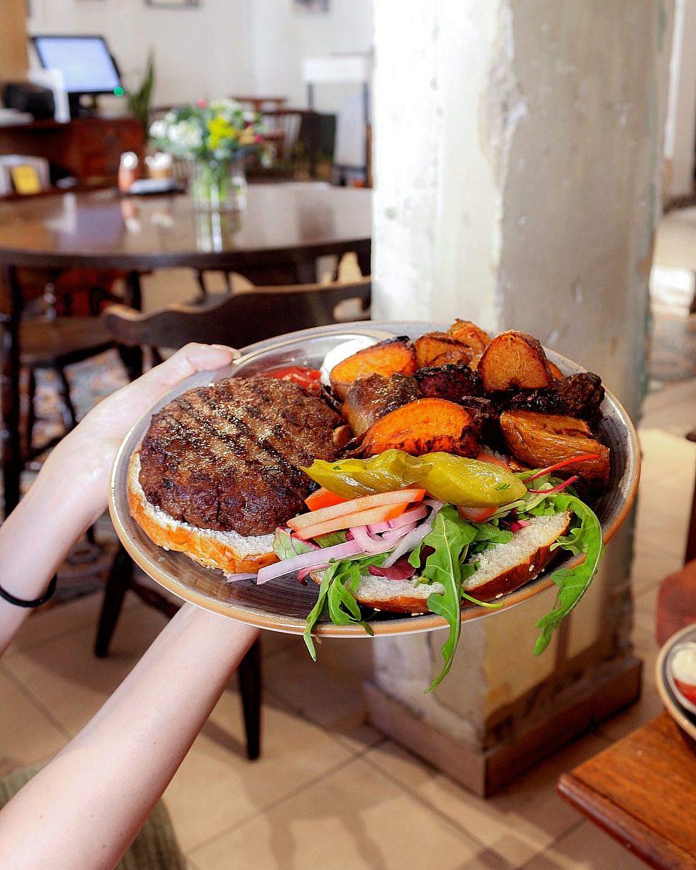 """המבורגר טבעוני (צילום: יח""""צ)"""