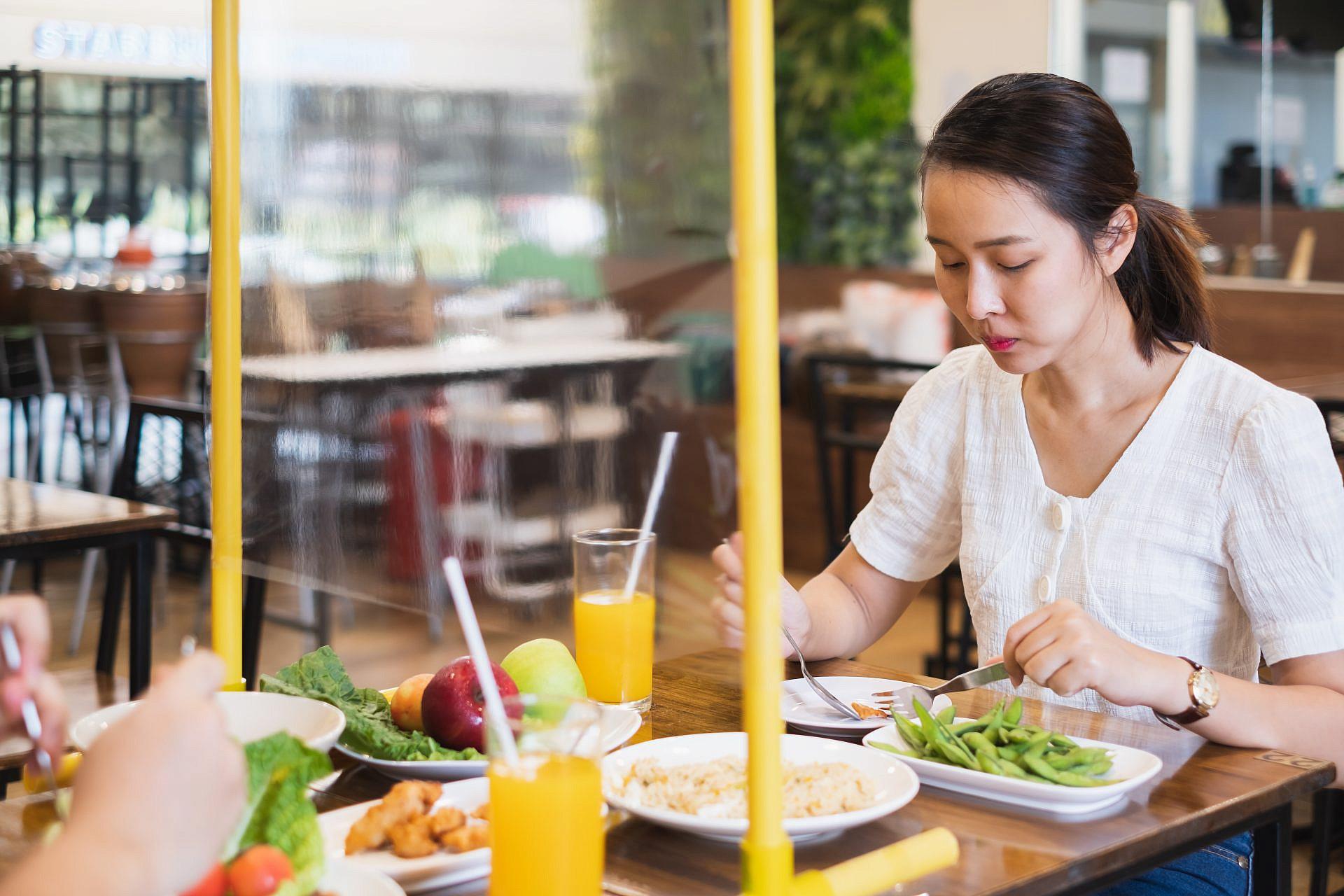 שימו אותנו באקווריום וזהו. ריחוק חברתי במסעדות (צילום: שאטרסטוק)