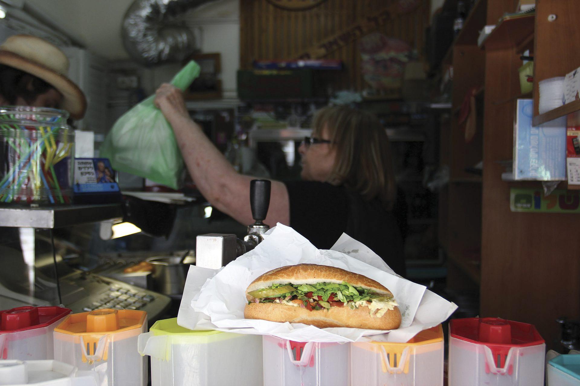 63 שנים של סנדוויצ'ים מופתיים על הבוקר. הסנדוויץ' של איציק ורותי (צילום: טל חבר)