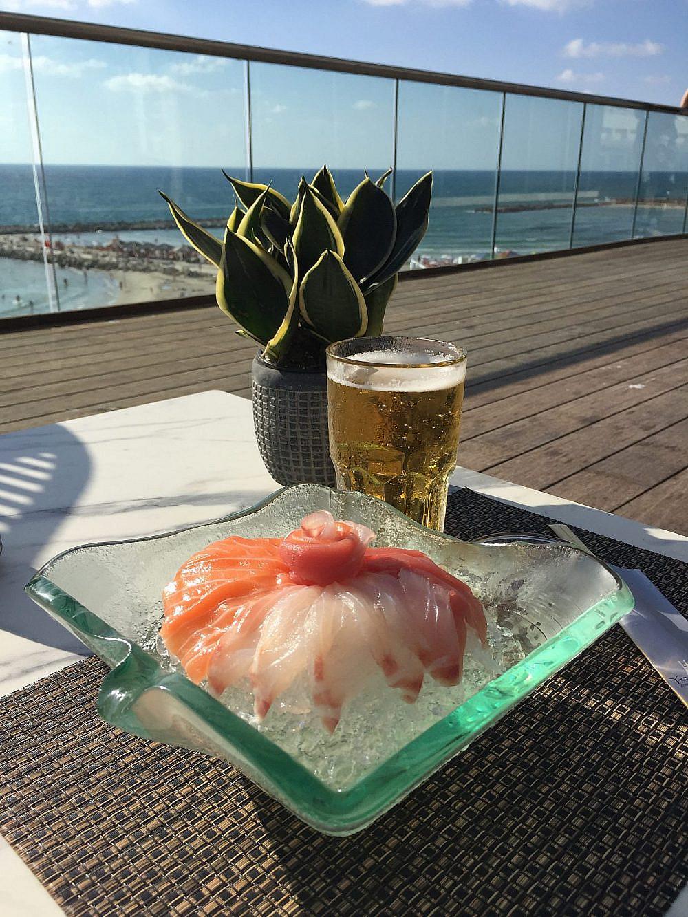 """ארוחה יפנית במרפסת (צילום: יח""""צ)"""
