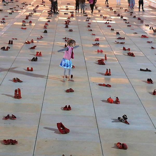 להגן על הבנות הבאות. מיצג מחאה על אלימות נגד נשים בכיכר הבימה (צילום: גטי אימג'ס)