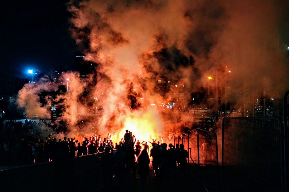 יש אליפות ויש בלגן. אוהדי מכבי חוגגים בכיכר רבין (צילום: שלומי יוסף)