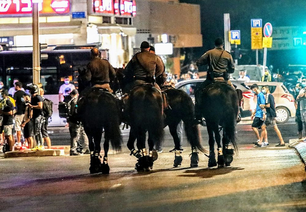 מלחמת כנופיות? פרשי משטרה מפזרים את אוהדי מכבי (צילום: שלומי יוסף)