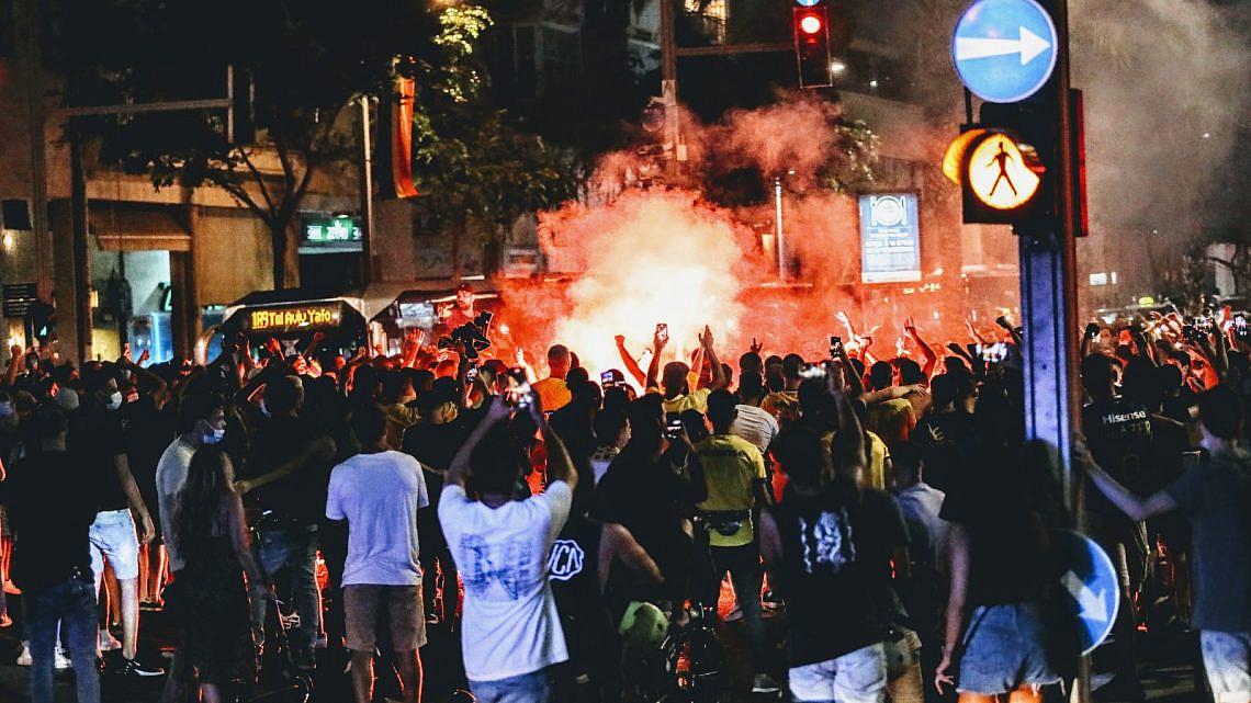 הלילה לא נשכב לישון. אוהדי מכבי תל אביב חוגגים (צילום: שלומי יוסף)