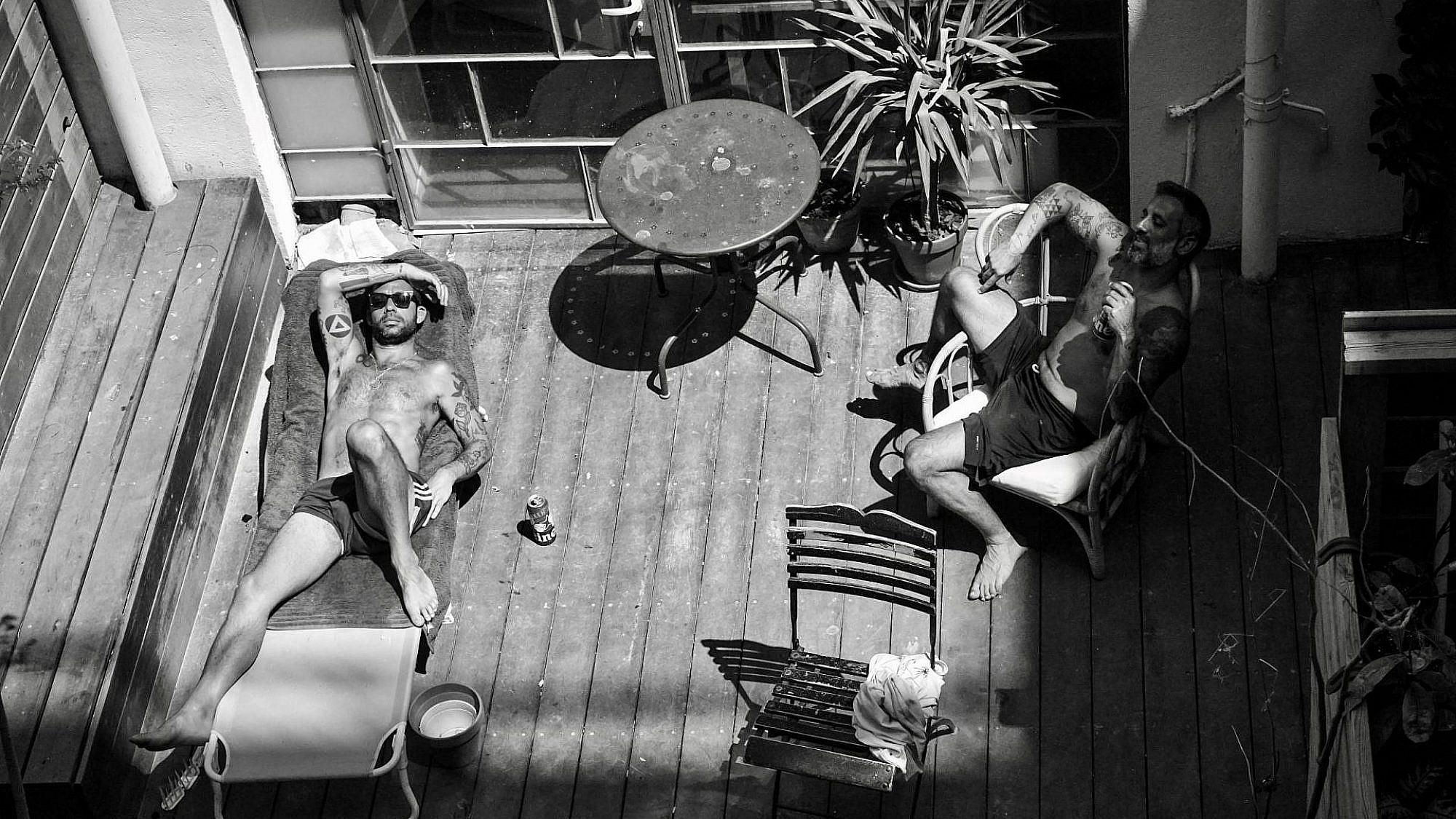 שורפים את הזמן. צילום: מיכל ארבל, שכונת נגה, יפו