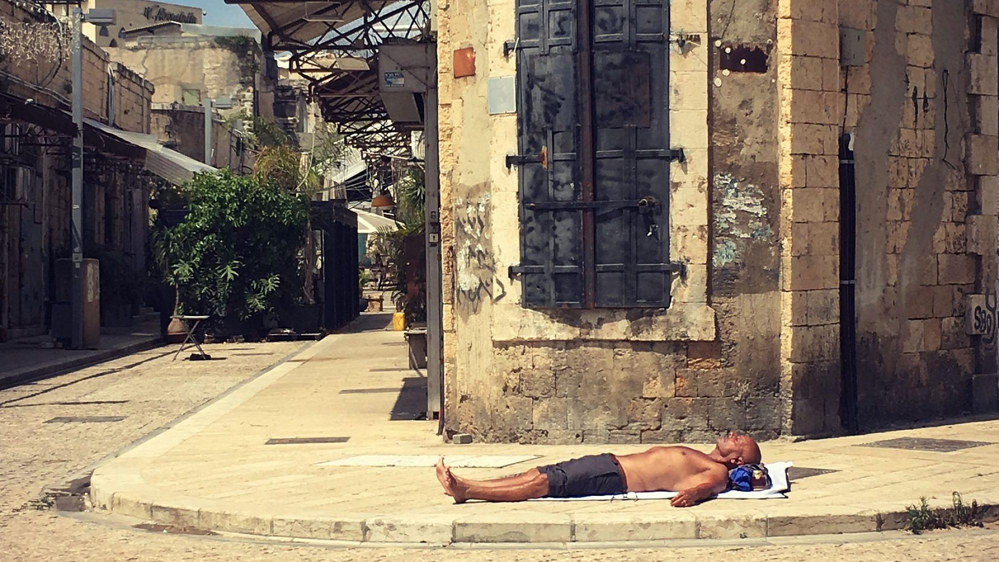 האיש המשתזף. צילום: נטלי פיק, השוק היווני ביפו