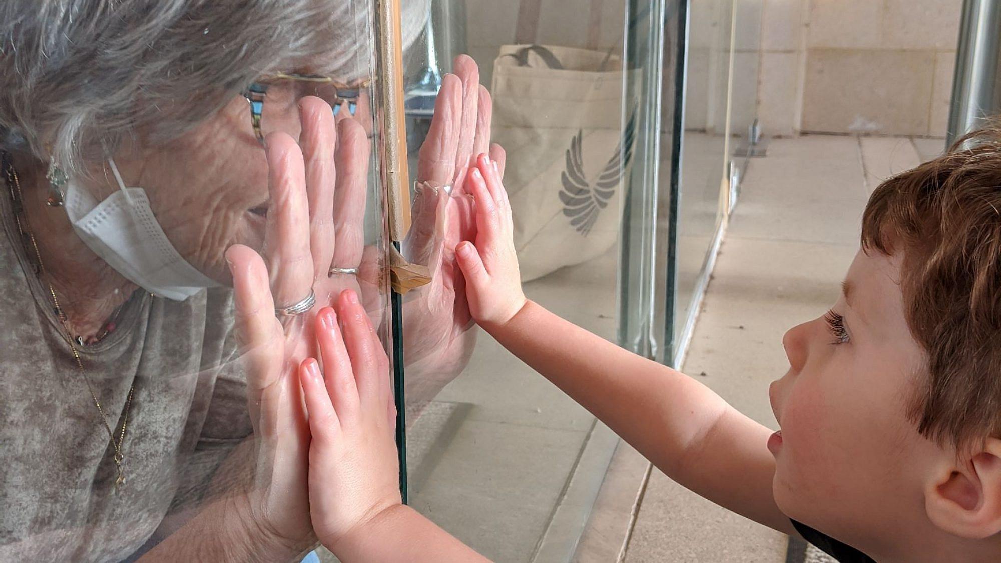 """ילד מיוחד וסבתא מיוחדת. צילום: איה לב צוקרמן, דיור מוגן """"הדרים"""""""