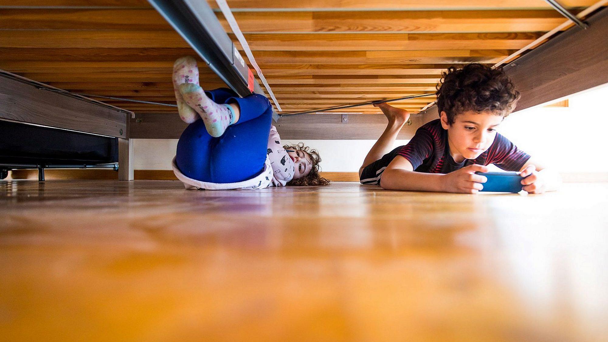 מאה סנטימטר מתחת למיטה. צילום: דין אהרוני רולנד, ארסוף