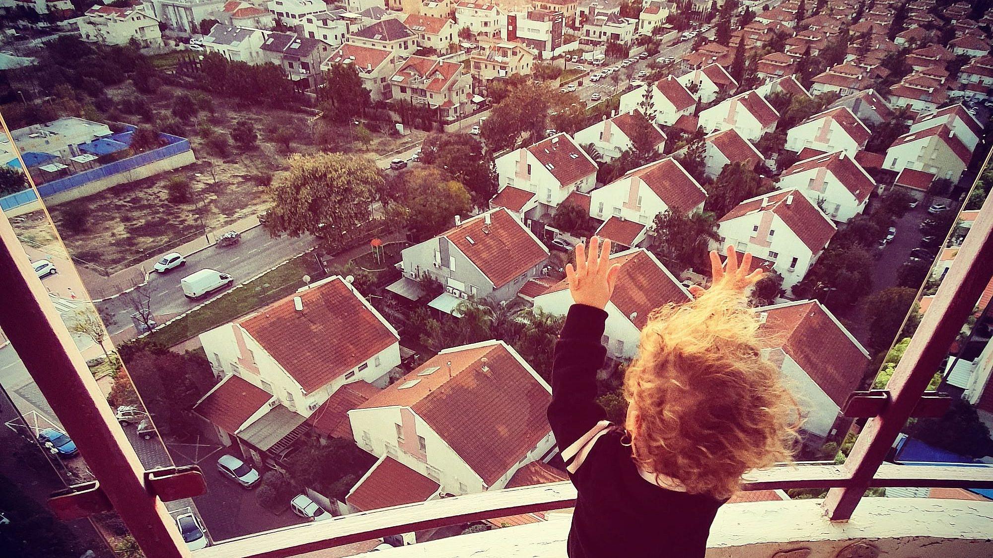 בית קט עם גג אדום, כל שנבקש לו יהי. צילום: שני שחם, ראשון לציון