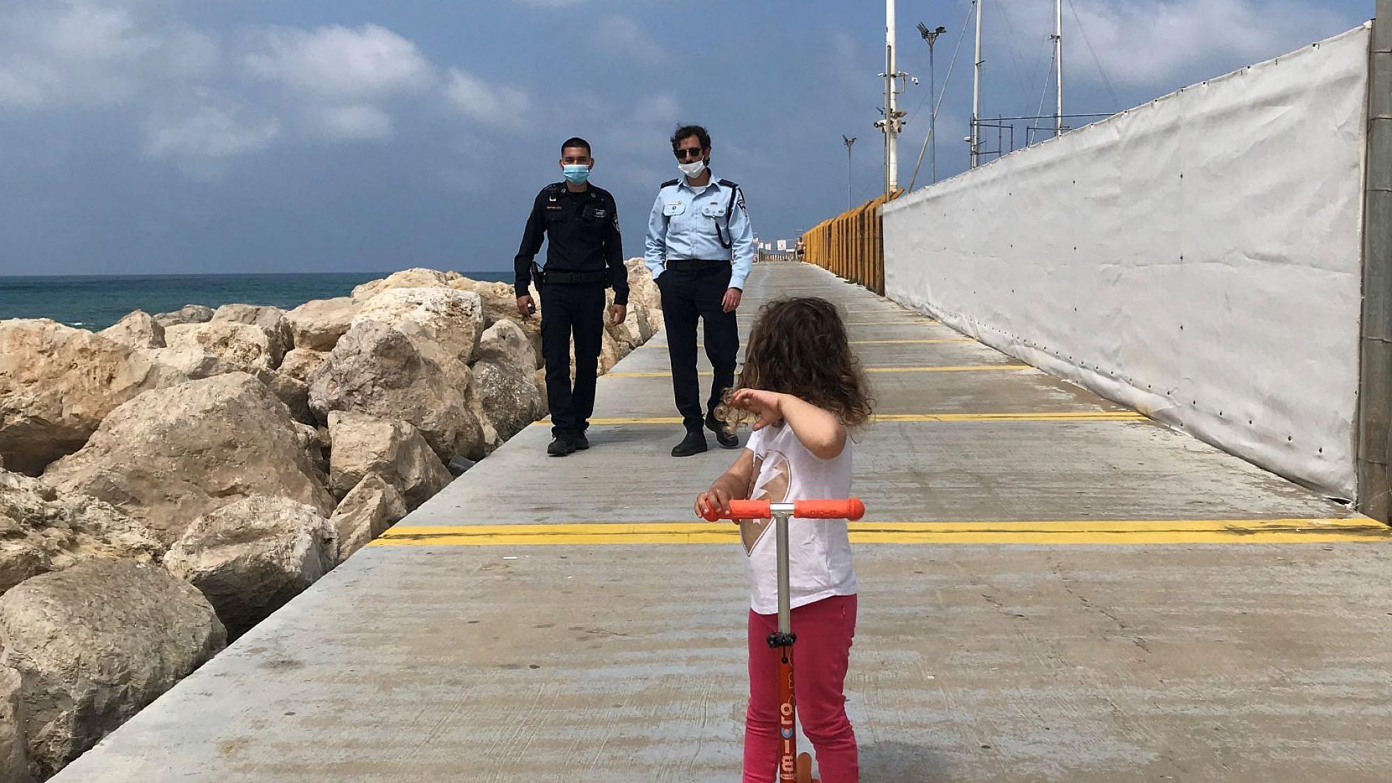 הרגע לפני המרדף. צילום: ארי ליברסון, חוף דרומי הרצליה פיתוח