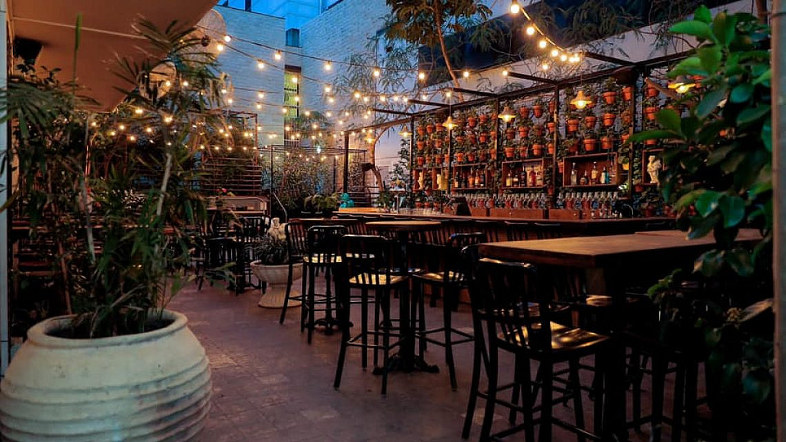 """דמיינו רוקנרול. החצר של """"אמש"""" (צילום: מתוך עמוד הפייסבוק של המסעדה)"""