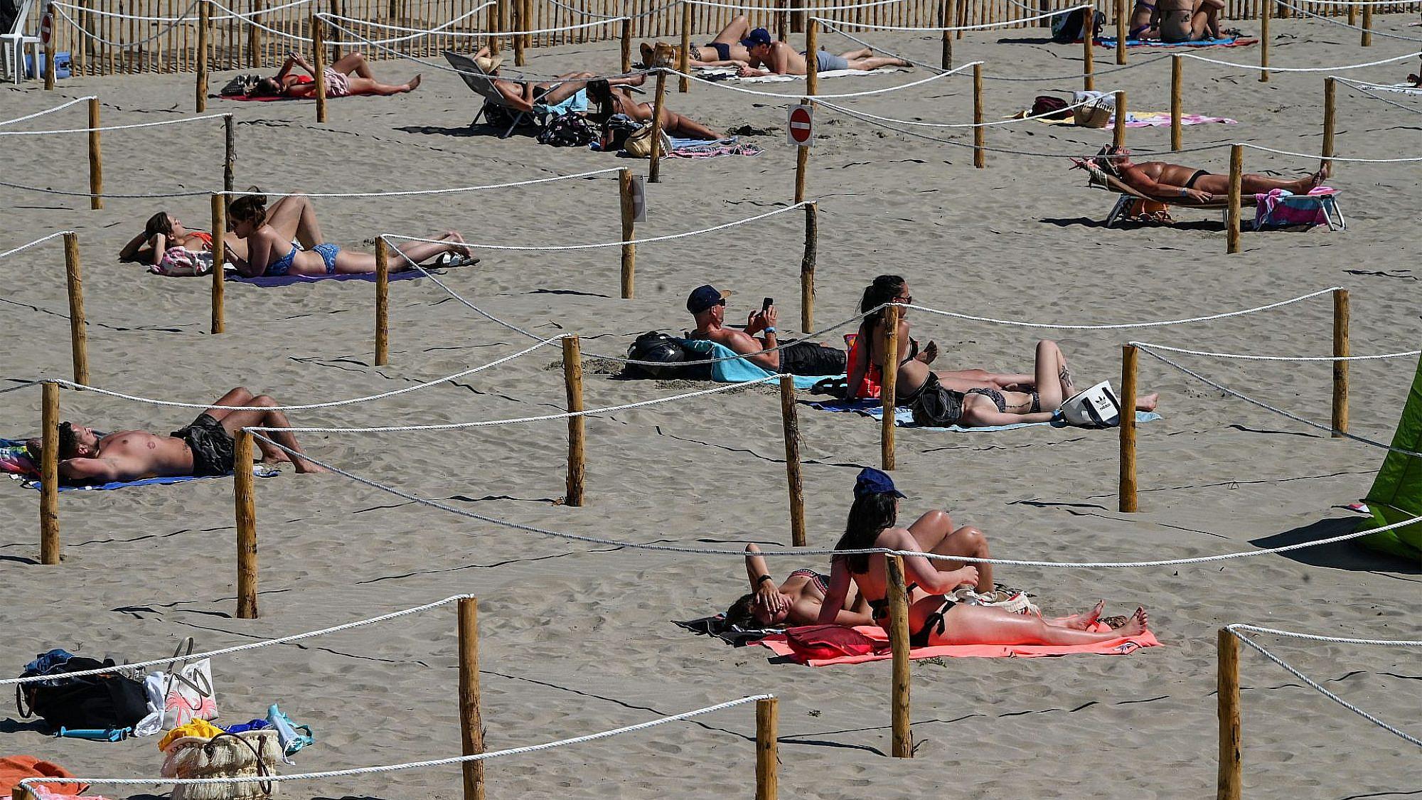 יאללה תנו קצת ספייס. סימונים לריחוק חברתי על החוף בצרפת (צילום: גטי אימג'ס)