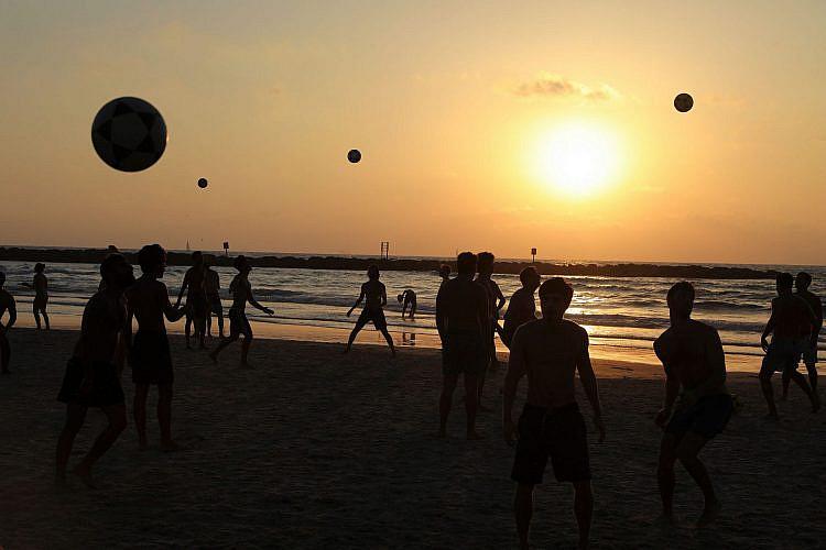 שמרו על כללי הריחוק באמאש'כם. החוף בתל אביב, השבוע (צילום: מנחם כהנא\גטי אימג'ס)