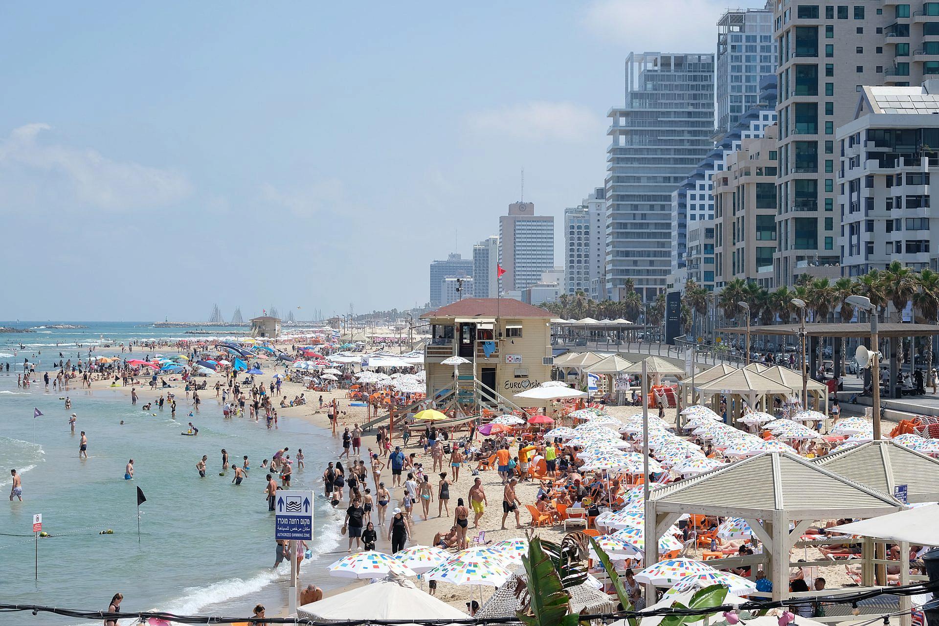 ככה, נגיד, סוגרים לנו את הים תוך שבועיים. חופי תל אביב באמצע יוני (צילום: שאטרסטוק)
