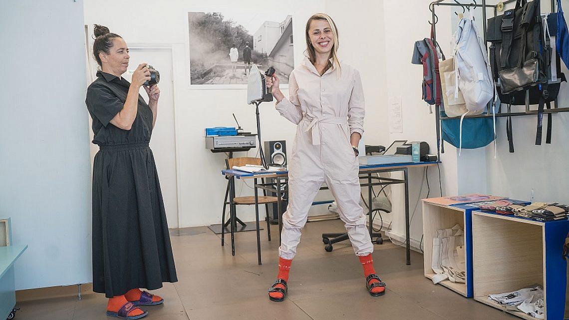 מעצבת האופנה מאיה בש והצלמת רוני כנעני (צילום: אילן ספירא)