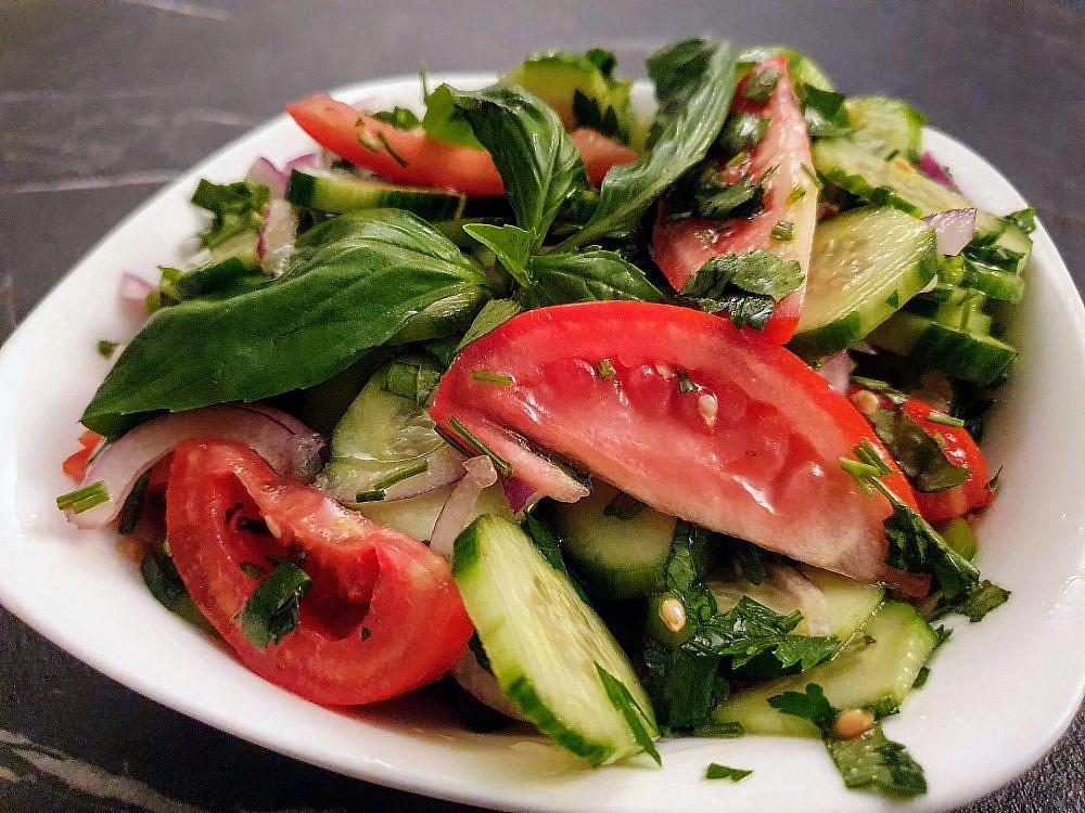 ויש גם ירקות! סלט בתיבול גאורגי (צילום: גלית בן ארויה)