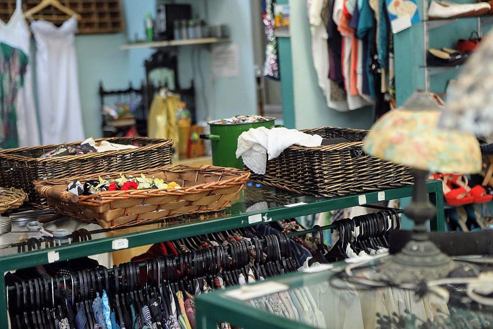 הלקוחות באובסס על המשי היפני. אובססיה (צילום: שלומי יוסף)