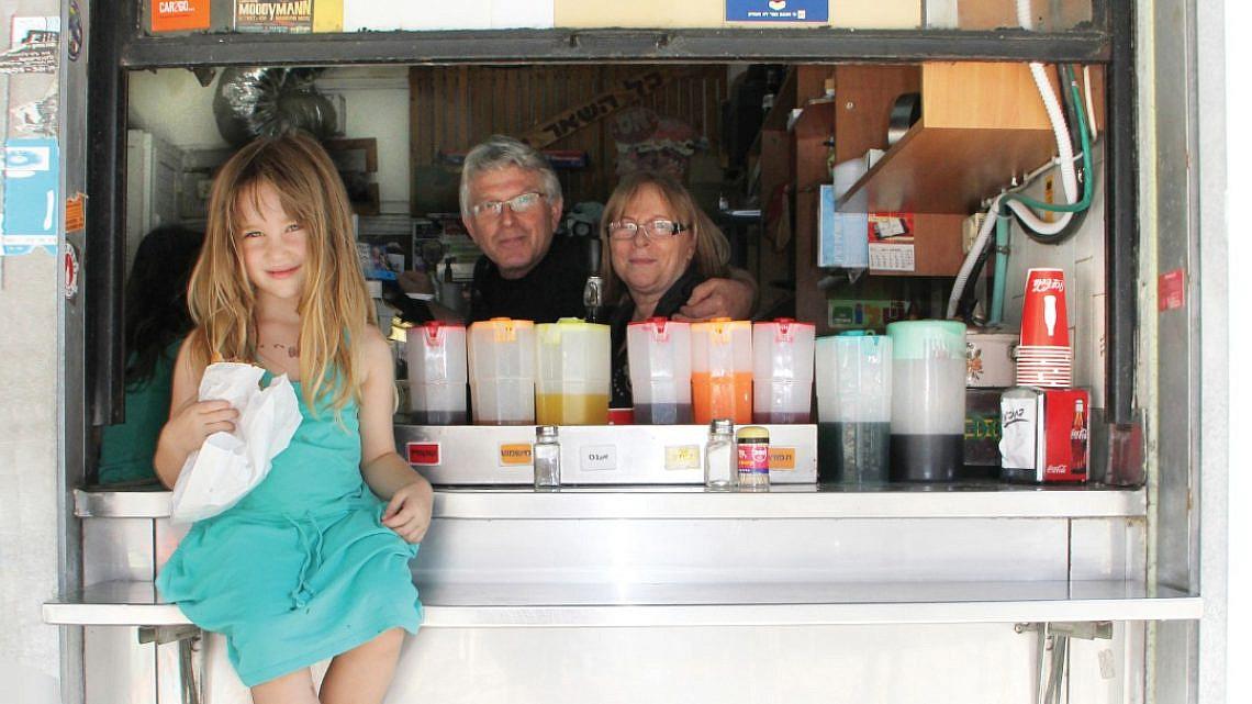 ביי ביי סנדוויץ' מושלם. דודי ושולי פליישר עם הנכדה המתוקה שלהם (צילום: טל חבר)