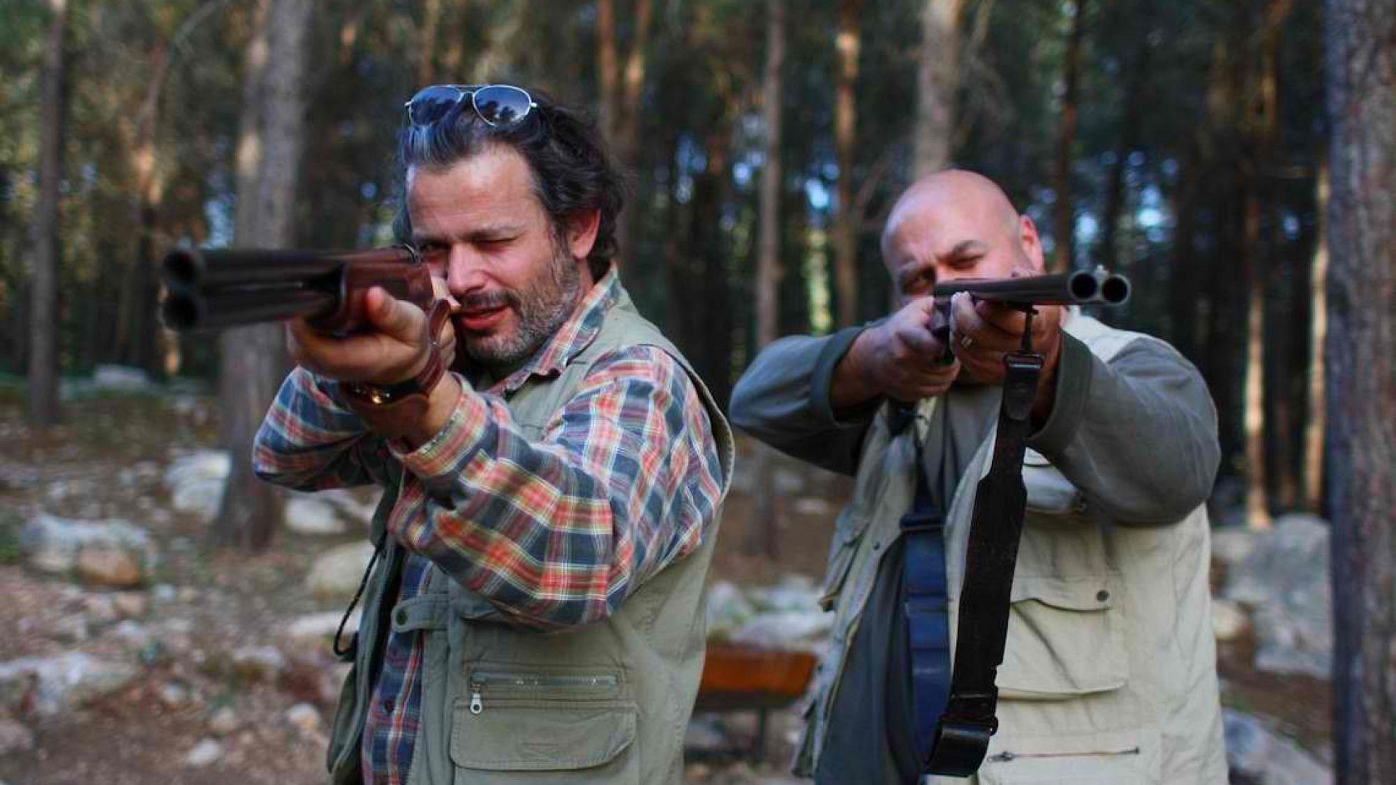 """כל העולם קצר. דביר בנדק ורמי הויברגר ב""""להרוג דבורה"""" של שרון מימון וטל גרניט (צילום: רם שוויקי)"""