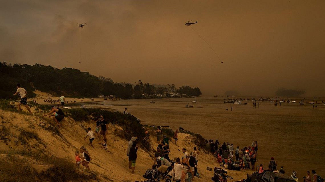מתוך תערוכת WPP: אוסטרלים בורחים אל החוף בשריפות הגדולות שפקדו את המדינה בדצמבר 2019 (צילום: מת'יו אבוט, ניו יורק טיימס)