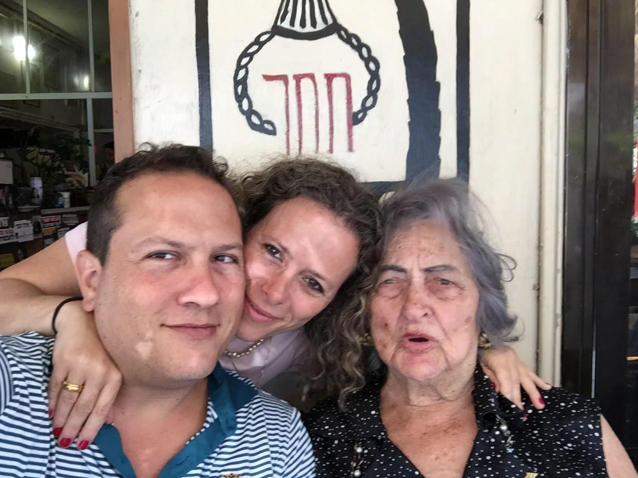"""""""יואב ואני עם סבתא. נכדיה היחידים. היא הקיפה אותנו והקפנו אותה בחזרה"""""""
