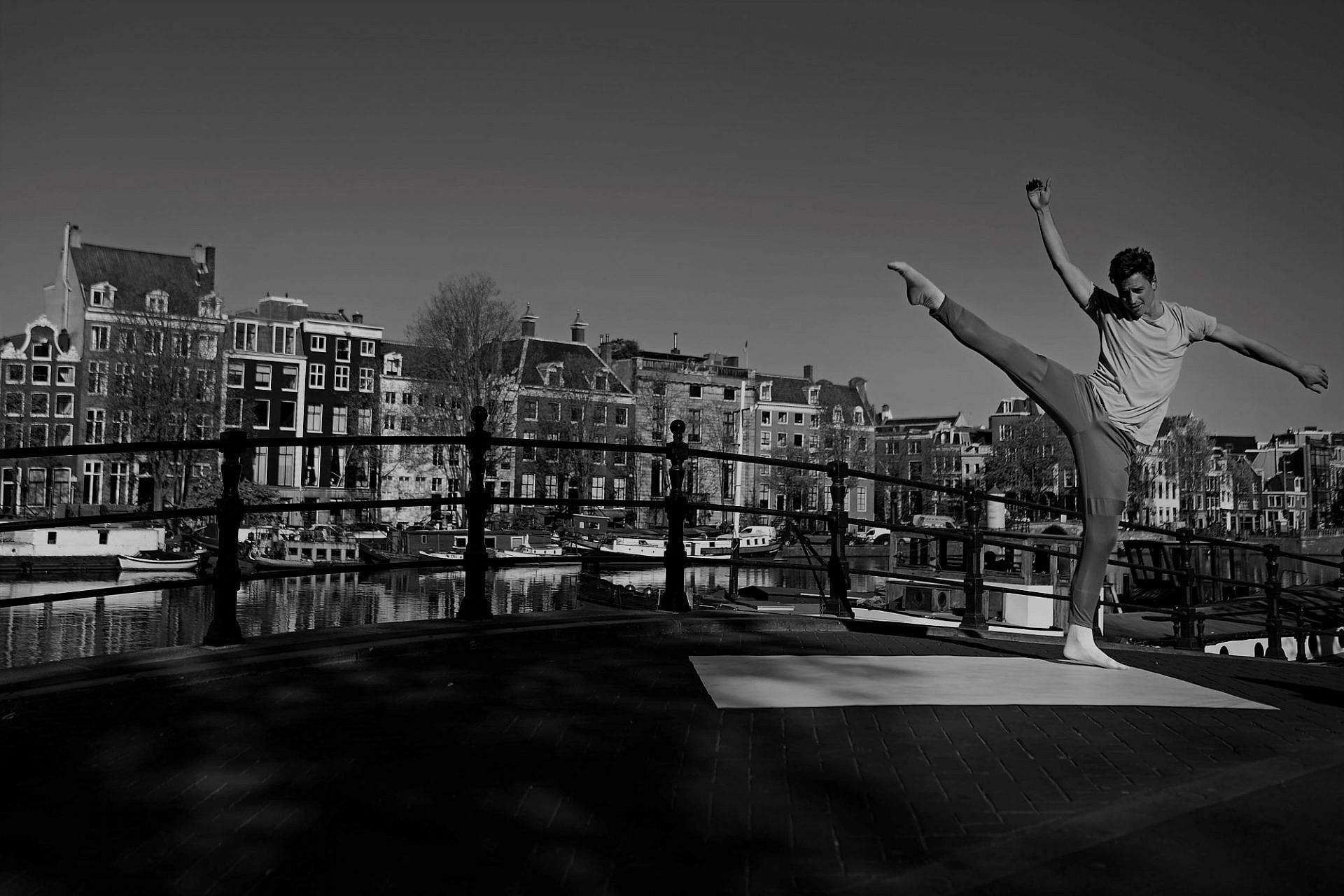 רוקדים כאילו אף אחד לא רואה. רקדן הבלט ההולנדי המלכותי מתאמן באמסטרדם הריקה (צילום: גטי אימג'ס)