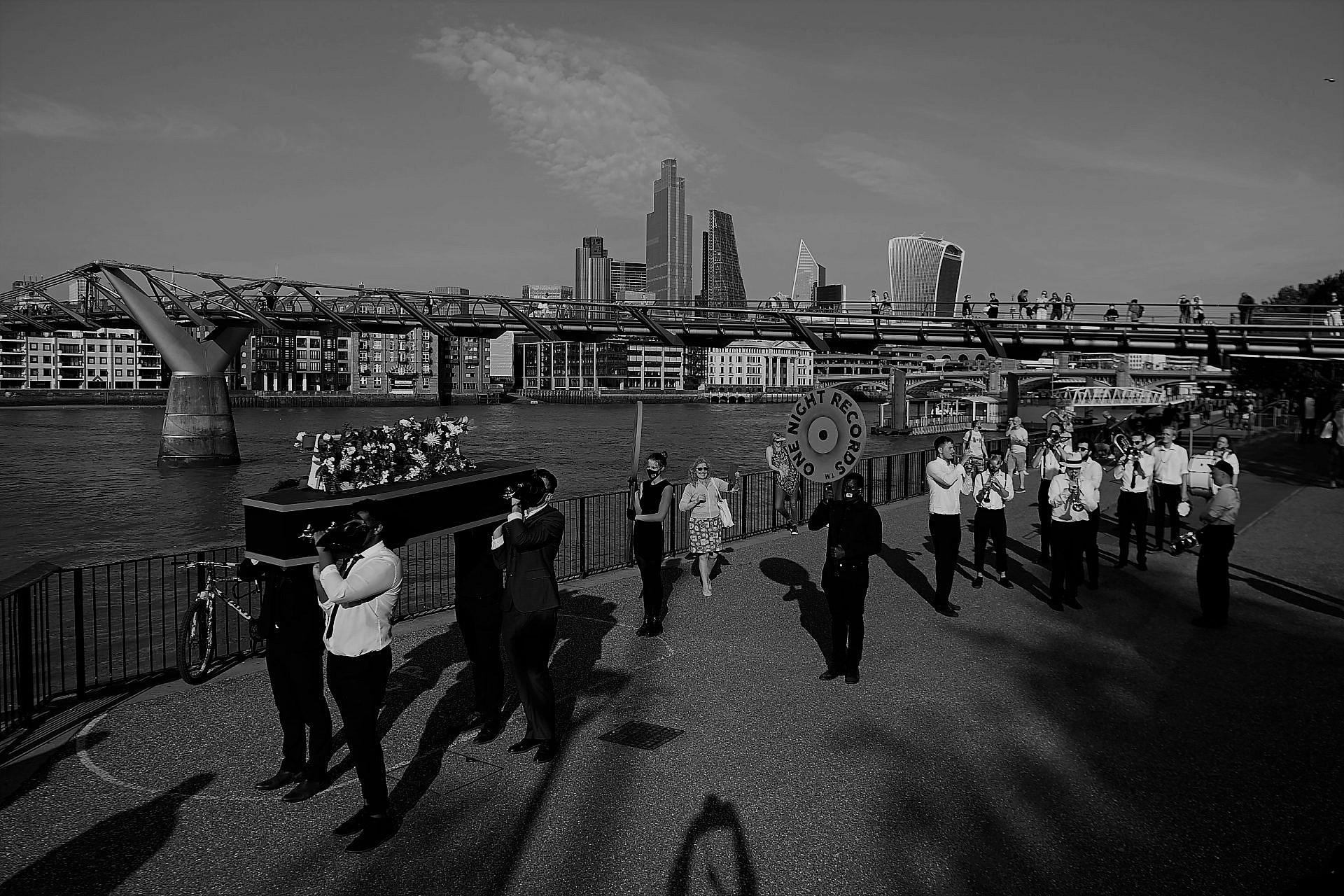 עולם בלי הופעות חיות. מסע הלוויה מחאתי למוזיקה חיה בלונדון, אוגוסט 2020 (צילום: גטי אימג'ס)