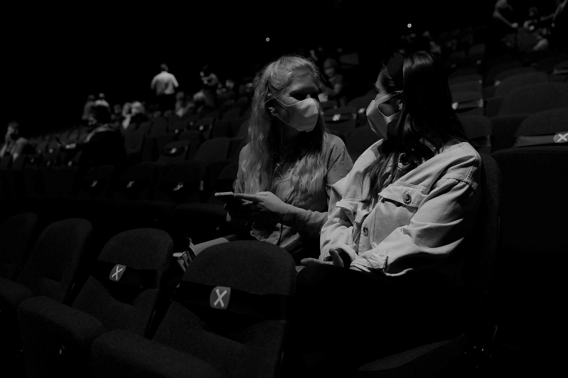 חצי שנה של קיפאון קולנועי. שתי צופות מאושרות עם פתיחת בתי הקולנוע בלונדון, אוגוסט 2020 (צילום: גטי אימג'ס)