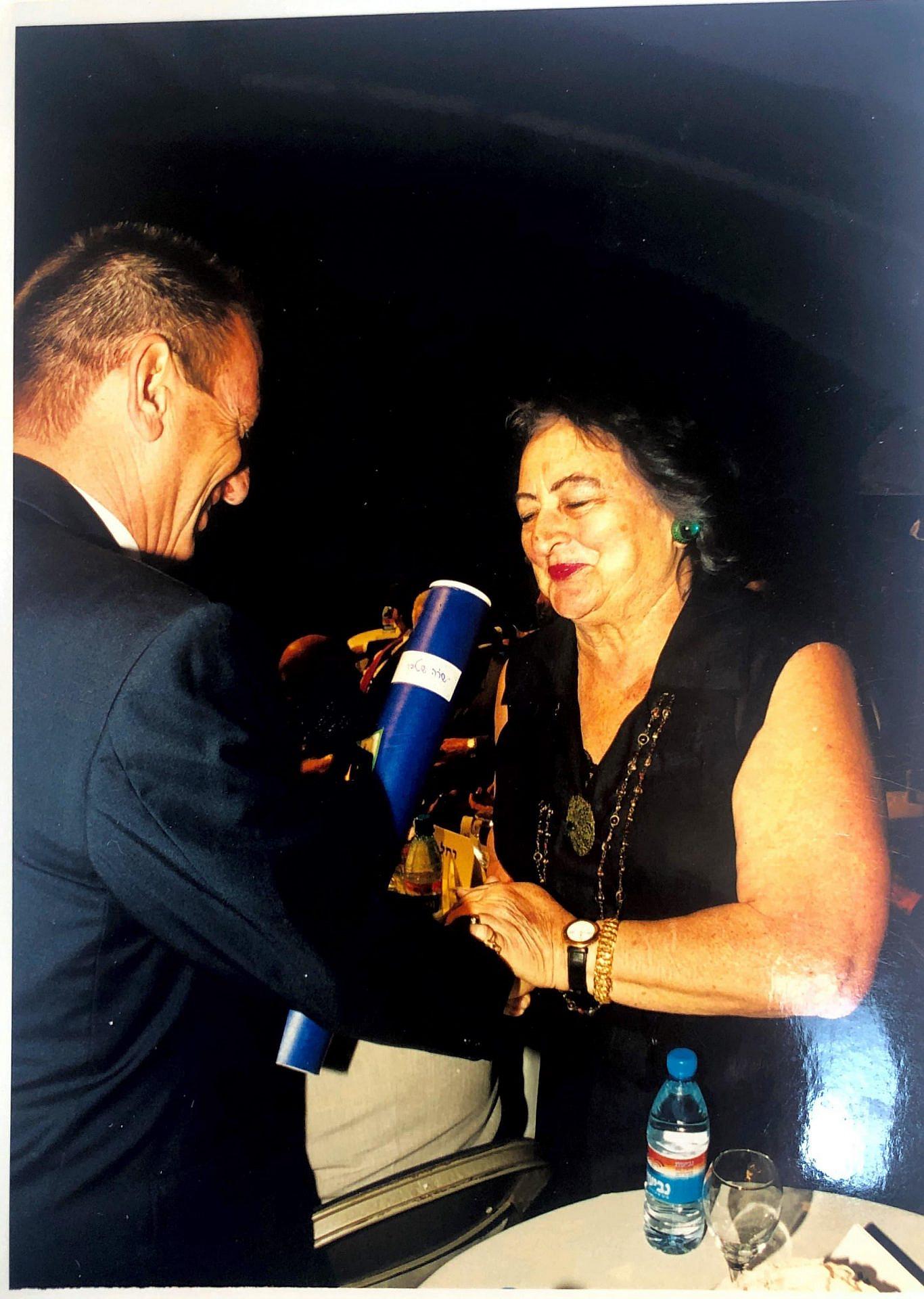 """""""סבתא עם רון חולדאי בטקס קבלת יקירת העיר תל אביב. וואו כמה היא התרגשה מזה החמודה הזאת"""""""