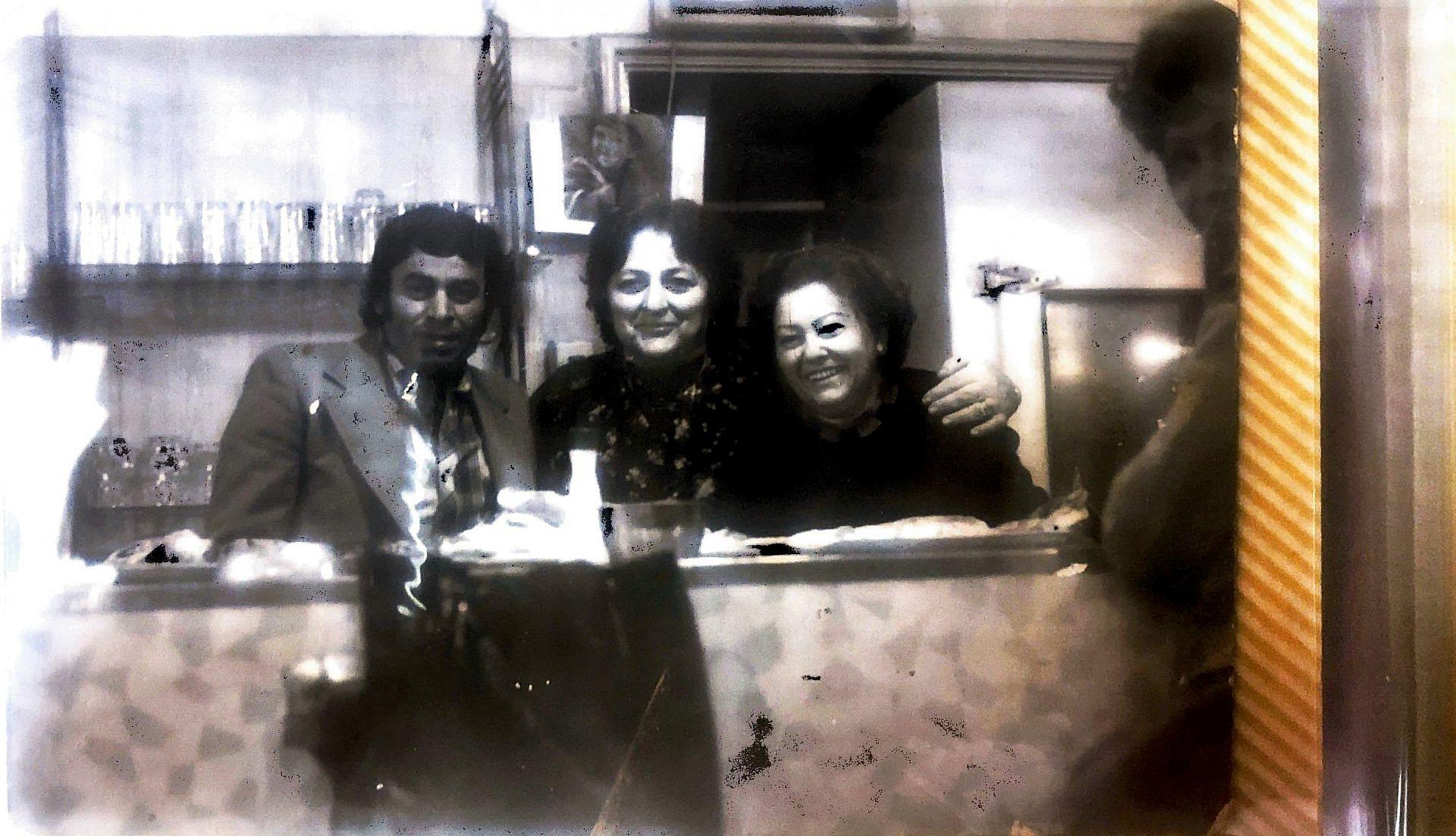 """""""סבתא בשנות ה-70 עם אריה, חברה הטוב מנצרת ואביו של חמודי שעובד עם פותנה ואכרם ב""""חומוס אכרם"""""""