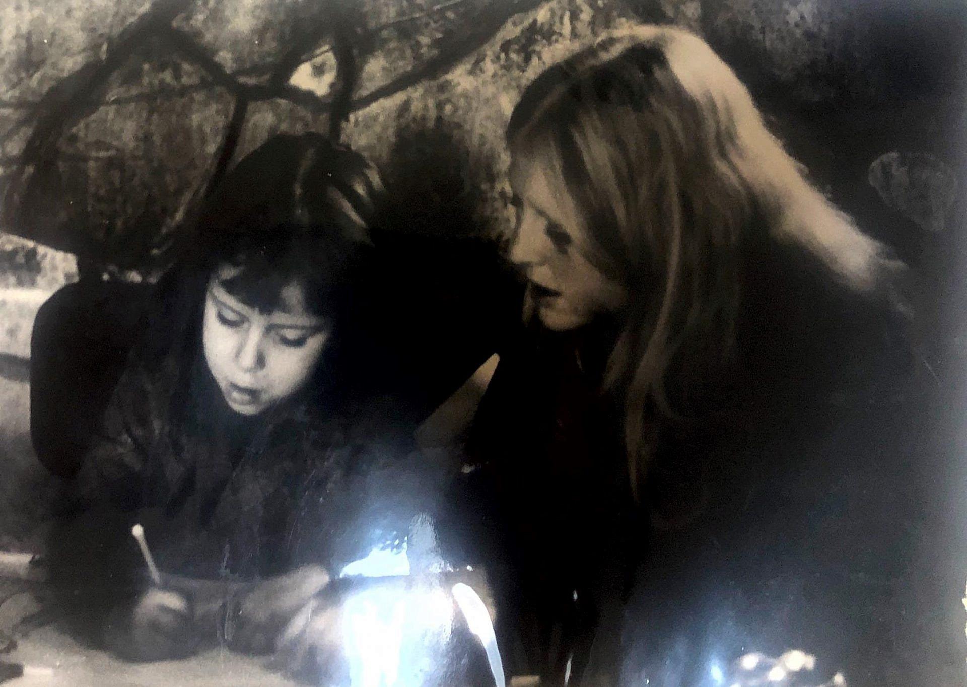 """""""אני בקפה בילדותי עם דודה מיכי. ככל הזכור לי זה היה חג החנוכה. אני בת 6 או 7"""". איילת נחמיאס ורבין (צילום: דני שניאור)"""