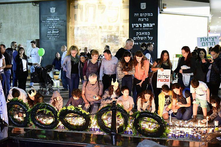 הנרות הללו שאנו מדליקים. יום הזיכרון לרצח רבין 2016 (צילום: שאטרסטוק)