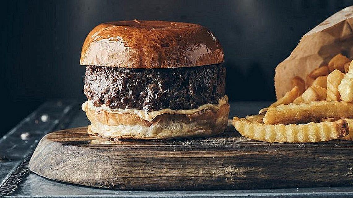 עסיסי ובשרני, כמו הבויפרנד הבא שלכן. ההמבורגר של פאט קאו (צילום: יהב יעקב)