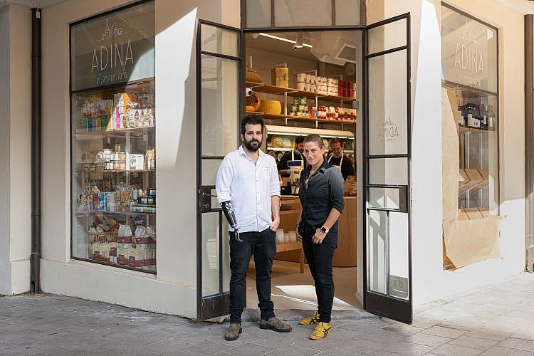"""השיטה: ואליו פור מאני ולקוחות חוזרים. עדי קייזרמן ועמנואל אמינוף ב""""עדינה"""" (צילום: אנטולי מיכאלו)"""