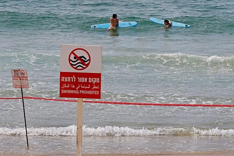 אם במקרה חשבתם לשחות לקפריסין - אסור. חוף תל אביבי בסגר (צילום: מנחם כהנא\גטי אימג'ס)