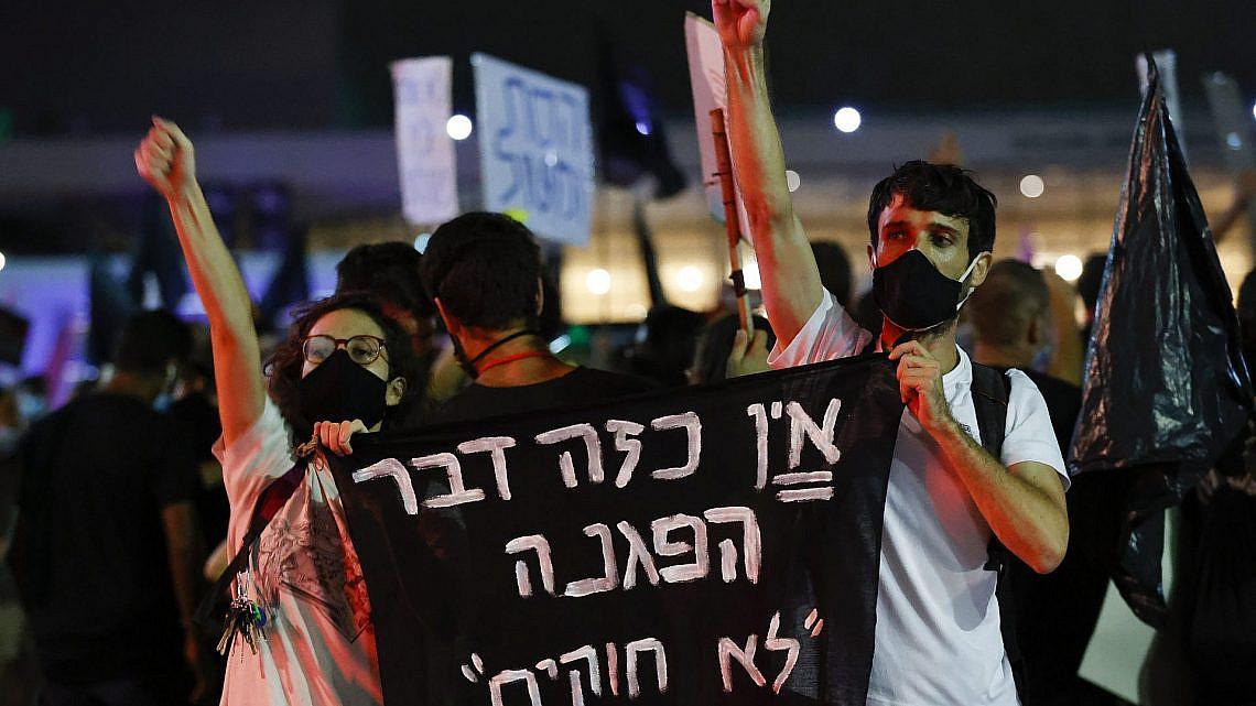 """בדיקטטורה אין דבר כזה שאין דבר כזה. מפגינים בכיכר הבימה, מוצ""""ש (צילום: ג'ק גואז\גטי אימג'ס)"""
