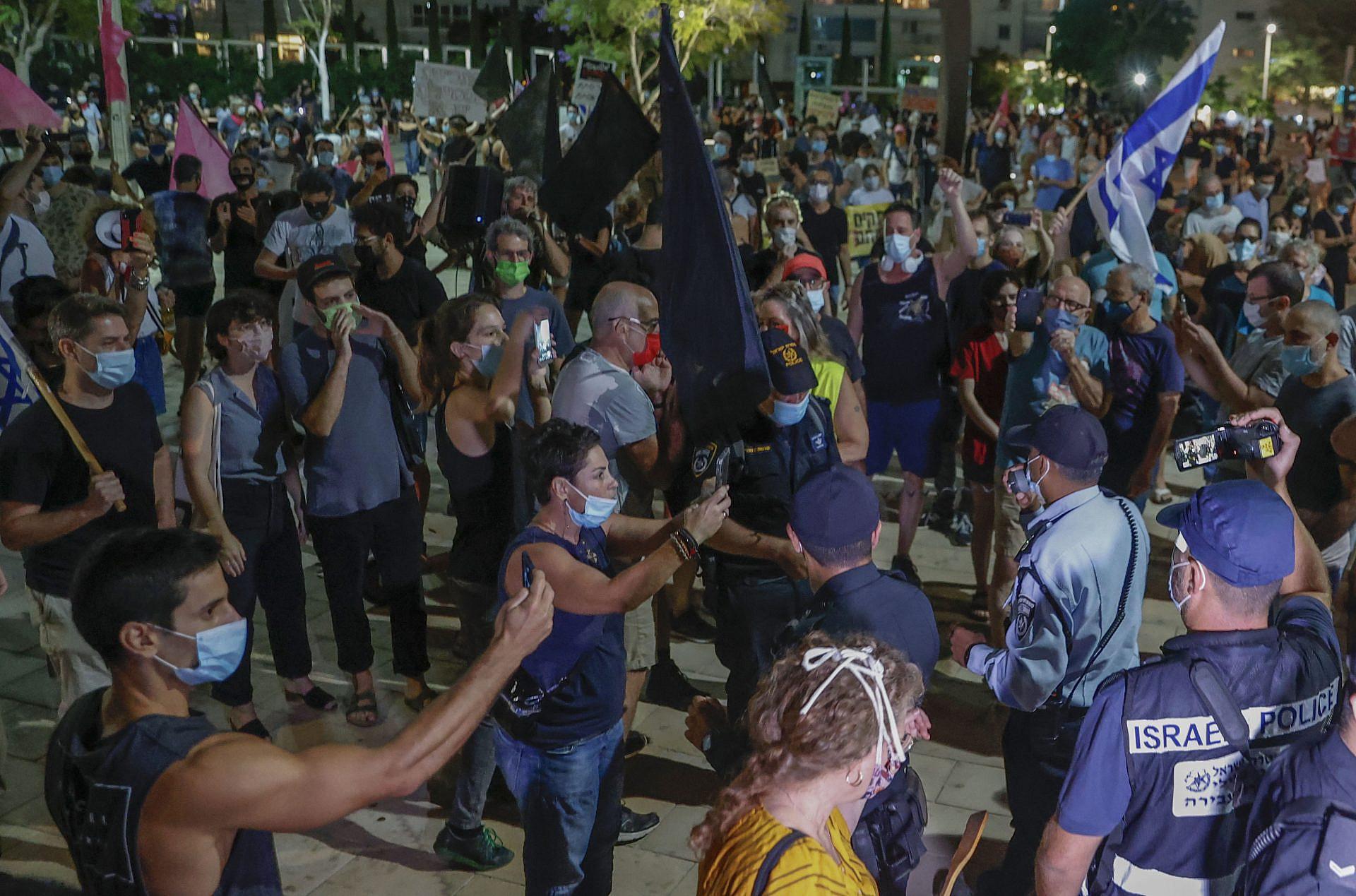 """תל אביב נדלקת, כמו שהיא אוהבת. המונים ב""""מחאת הקילומטר"""" בכיכר הבימה (צילום: ג'ק גואז\ גטי אימג'ס)"""