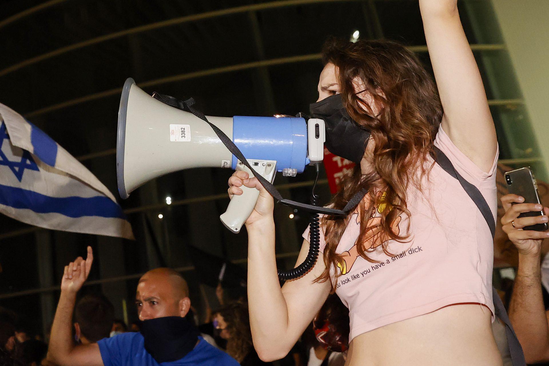 """תקשורת? אנחנו לא צריכים תקשורת. אנחנו התקשורת. מפגינה בכיכר הבימה, מוצ""""ש (צילום: ג'ק גואז\גטי אימג'ס)"""
