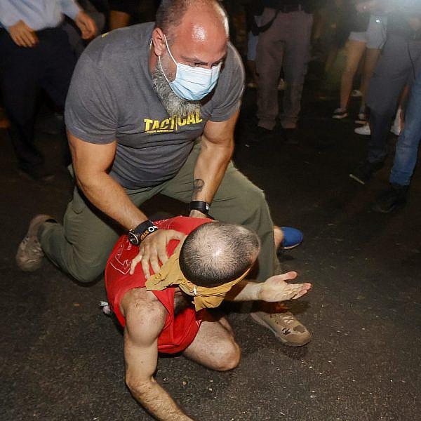 שוטר סמוי מתנפל על מפגין. צעדת המחאה במוצ