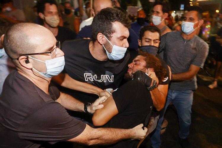 שוטרים סמויים עוצרים באלימות מפגין, אוקטובר 2020, כיכר הבימה (צילום: ג'ק גואז\גטי אימג'ס)