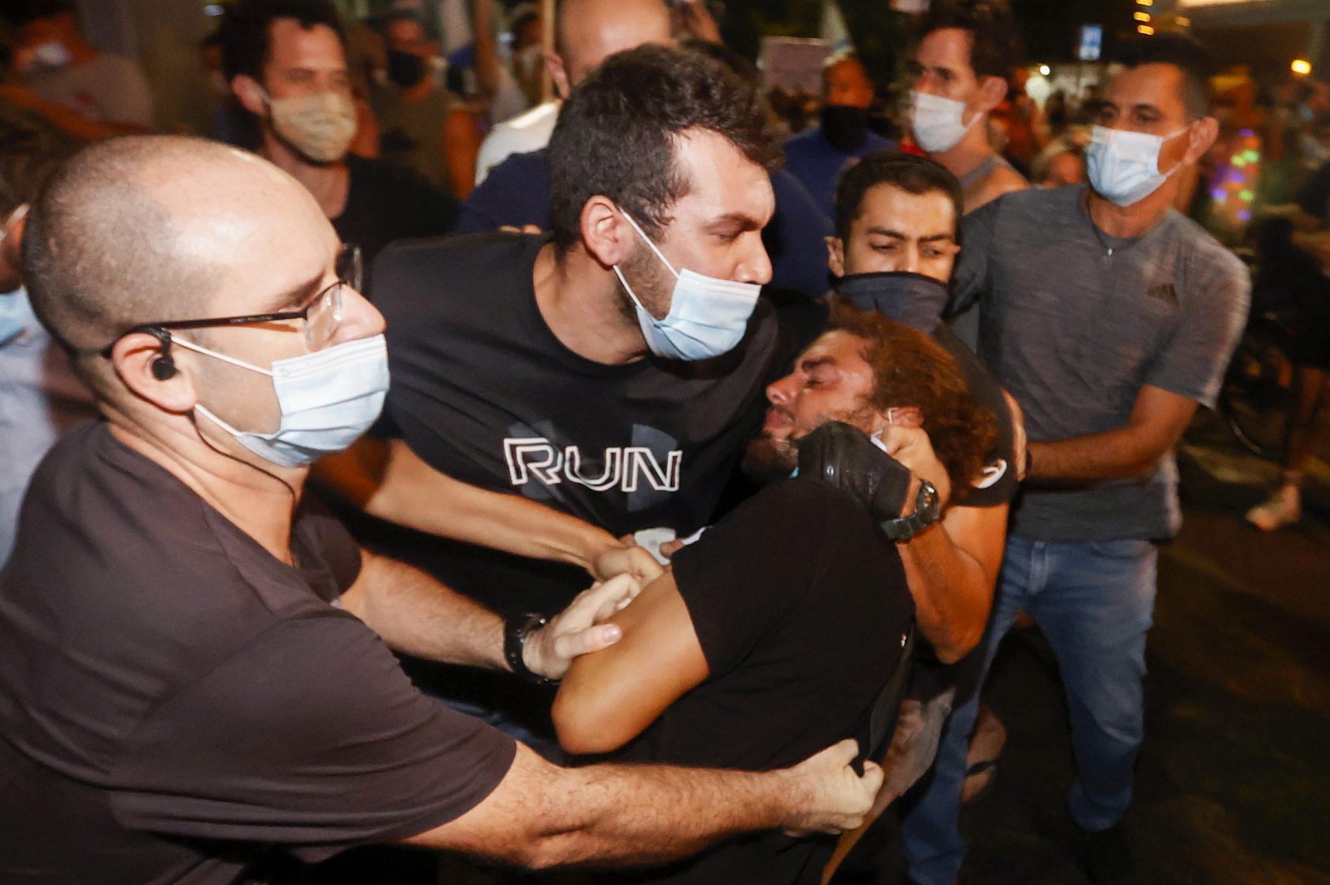 """האלימות היא כרסום יסוד הדמוקרטיה. שוטרים סמויים עוצרים באלימות מפגין, מוצ""""ש בכיכר הבימה (צילום: ג'ק גואז\גטי אימג'ס)"""