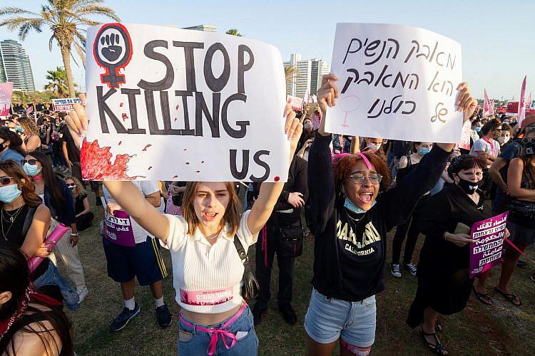 """זה לא יכול לקרות יותר וזו המלחמה של כולנו. מחאת """"לא שותקות"""", יוני 2020 (צילום: שאטרסטוק)"""