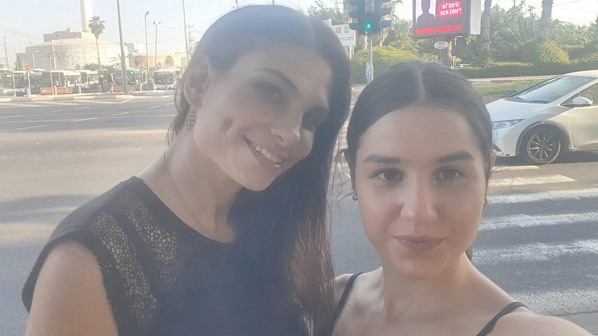 יעל ורד ומיכל לוברבום, יוזמות הקמפיין, על רקע השלט שלהן בתל אביב (צילום: סלפי)