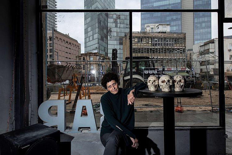 אריאלה בבר, מאחוריה העבודות על הרכבת הקלה. צילום: איליה מלניקוב