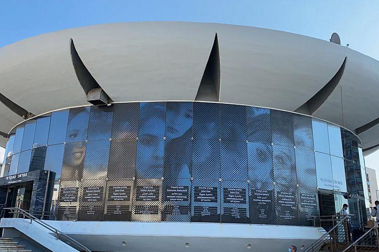תמונות ושמות הנרצחות על הקולוסאום בכיכר אתרים, פרויקט של הגלריה. צילום: עיריית תל אביב