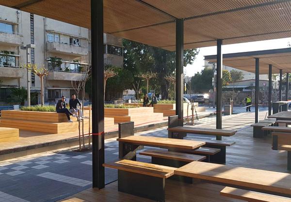 במקום שולחן בבית קפה. מתחם העבודה הציבורי בכיכר רוטשילד (צילום: דוברות עיריית תל אביב-יפו)