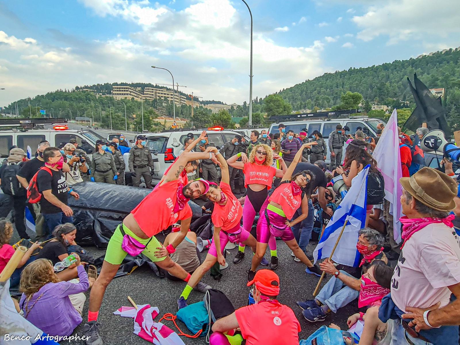 משטרת ישראל וצוללות מתנפחות, סיפור אהבה. צעדת הצוללות בשבת (צילום: בן כהן)