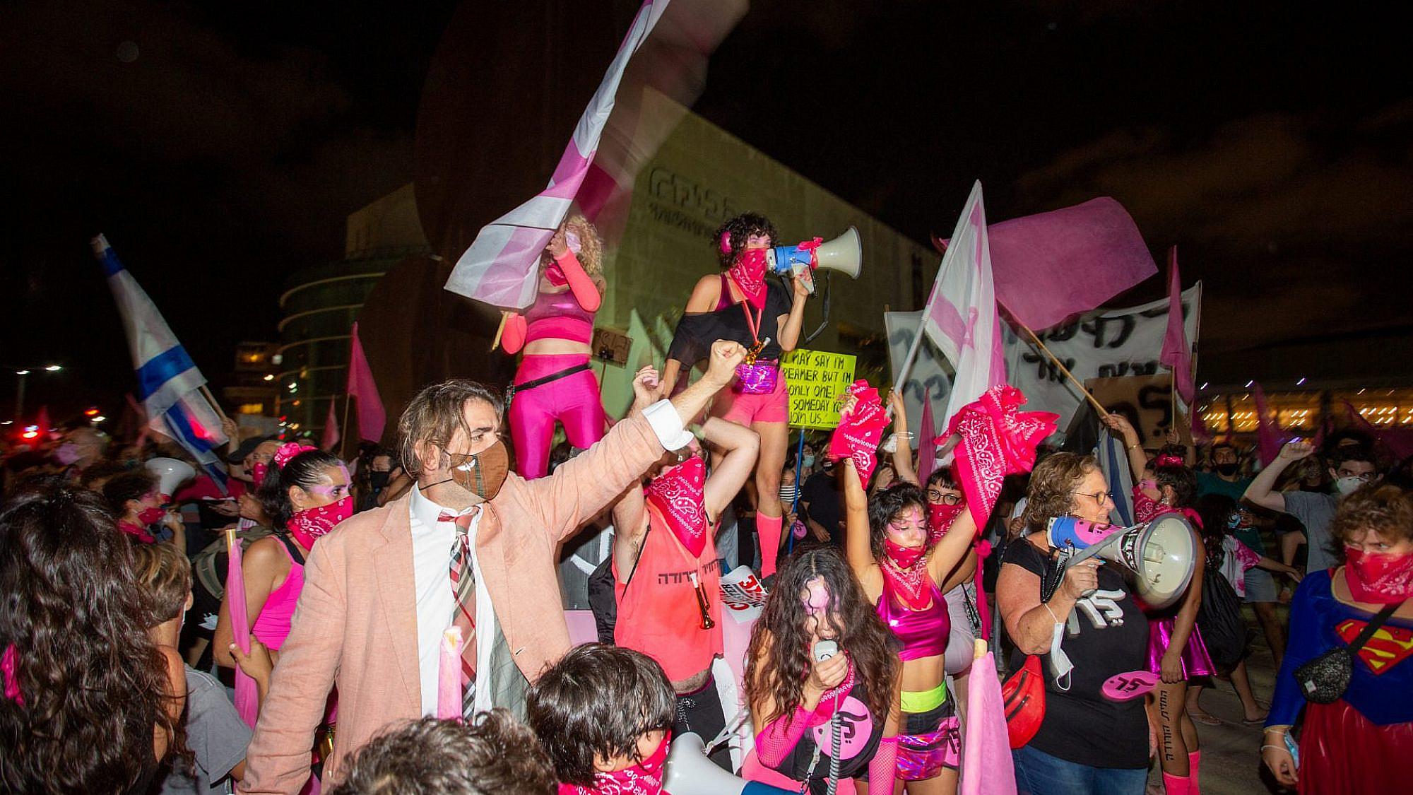 לא עוצרות בעצרת. פעילות החזית הוורודה במחאת בלפור (צילום: שאטרסטוק)